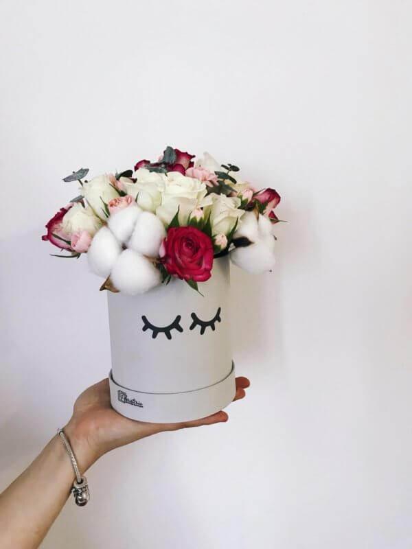 Pudełko z rózami bordowymi i białymi