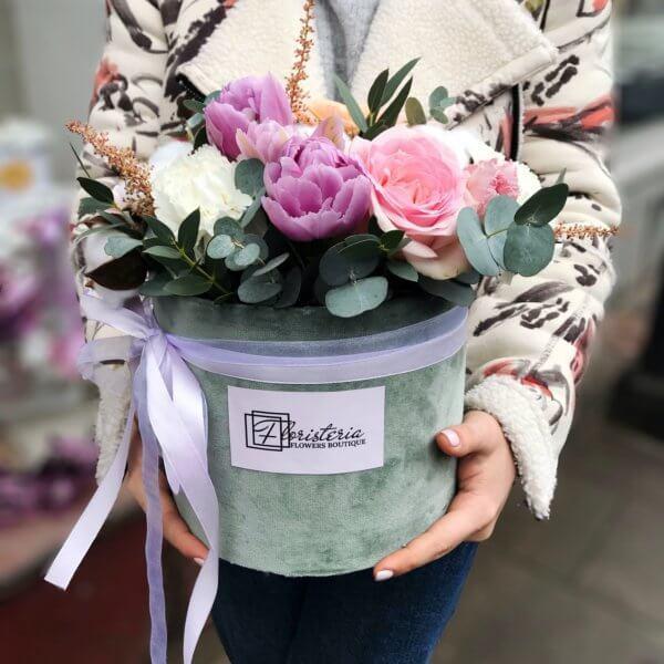 Zielone pudełko z rózami,tulipanami i goździkami