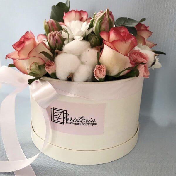 Beżowe pudełko z róż, tulipanów i bawełny
