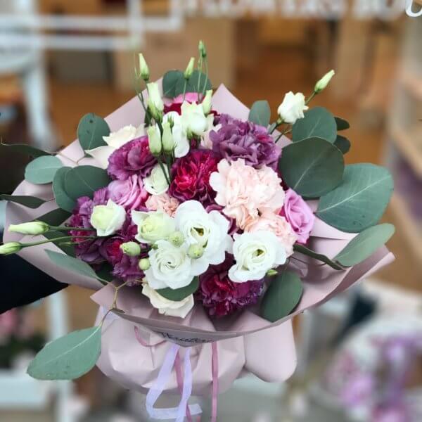Bukiet z  mieszanką róż , goździków i eustomy
