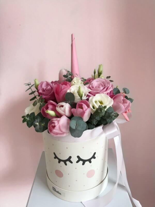 Różowe pudełko jednorożec  z mixem kwiatów