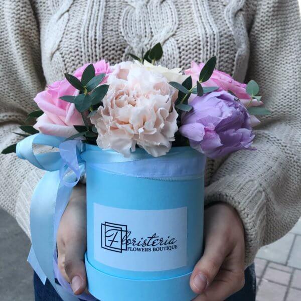 Mix z tulipanów , róż i goździków w niebieskim pudełku
