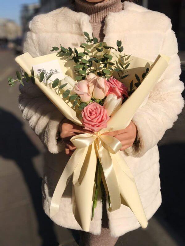 Bukiet z eukaliptusa róż i tulipanów