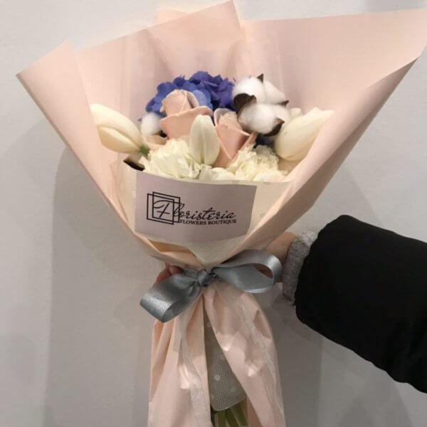 Bukiet z hortensji, bawełny, róż i tulipanów