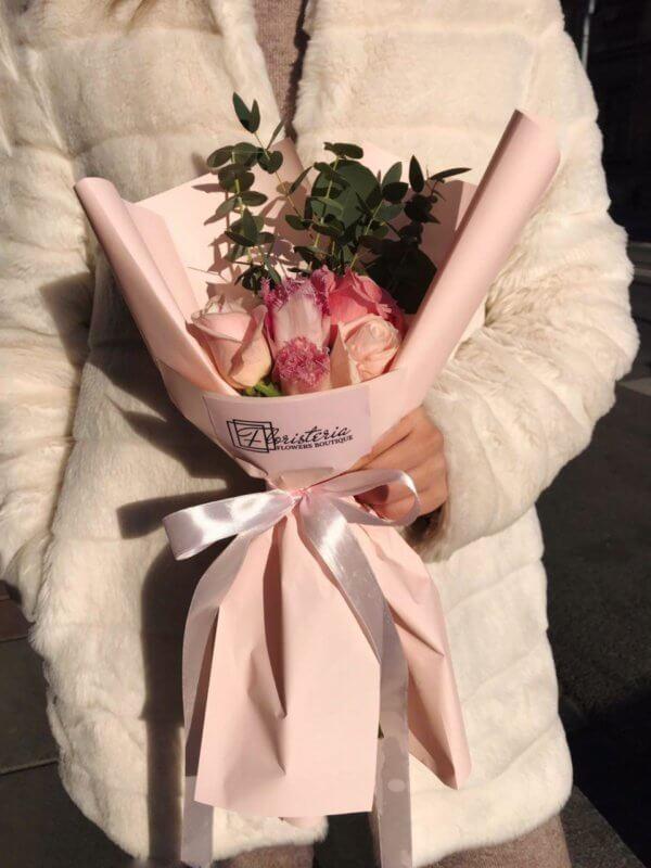 Różowy mix z tulipanów i róż