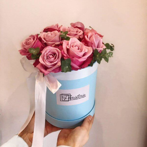 Niebieski box z 9 róż