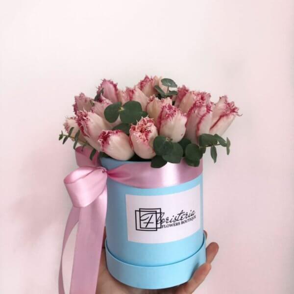 Niebieskie pudełko z 21 tulipana