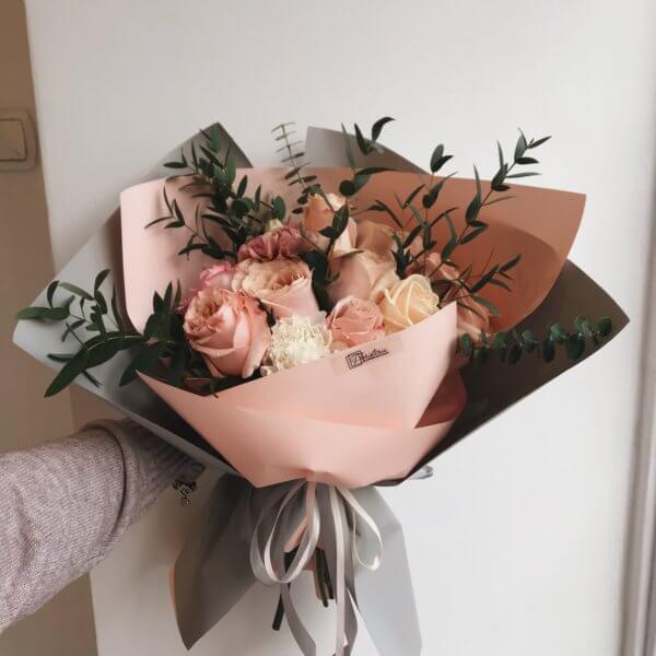 Bukiet w pastelowych odcieniach z ekwadorskich róż, goździków i eukaliptusa