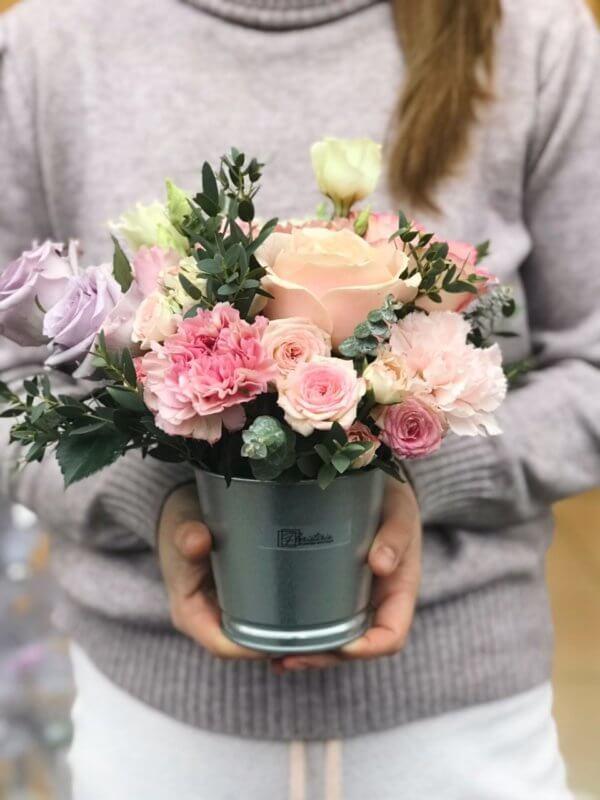 Niestandartowa kompozycja z eukaliptusa,róż,goździków i eustomy