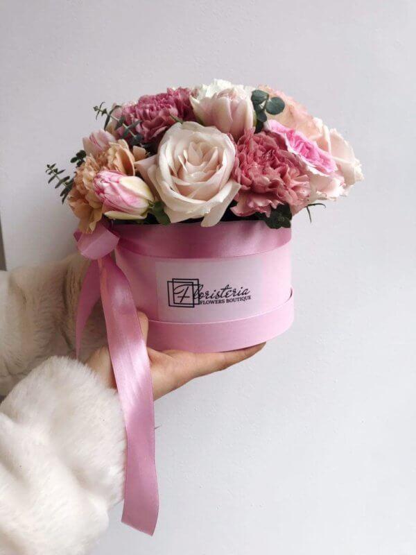 Różowe pudełko z róż, tulipanów, goździków i eukaliptusa