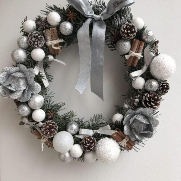Świąteczny wieniec z choinki nobilis , cynamonu , bombek choinkowych i szyszek