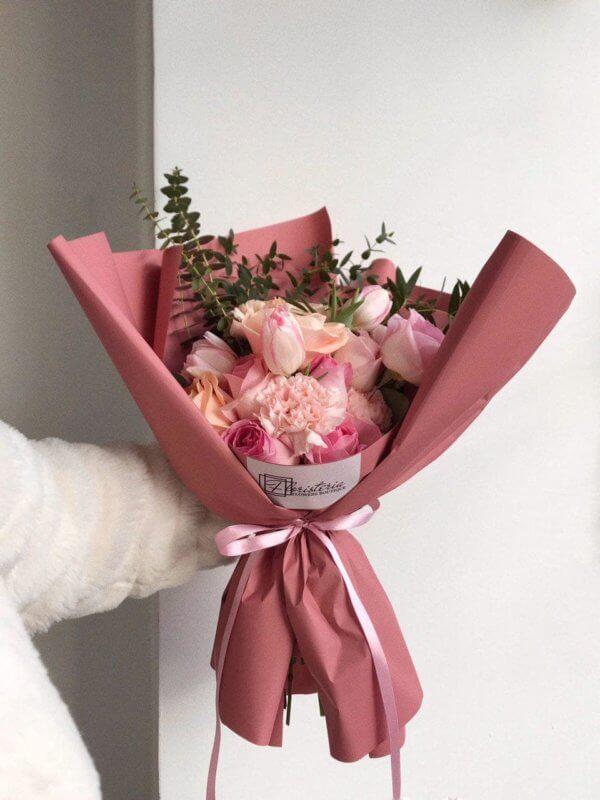 Różowy bukiet z róż, goździków, tulipanów i eukaliptusa