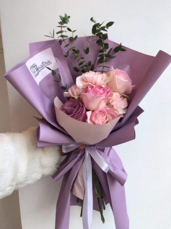 Fioletowy bukiet z róż, goździków i eukaliptusa