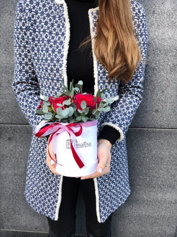 Białe pudełko z czerwonych róż