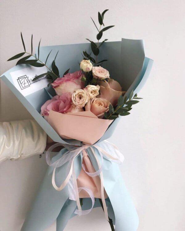 Bukiet – niebieskij z róż i eukaliptusa
