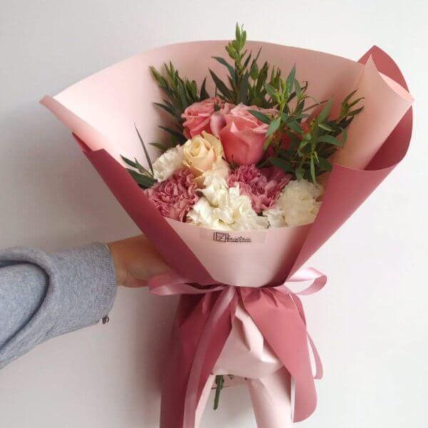 Różowy bukiet z goździków , róż i eukaliptusa