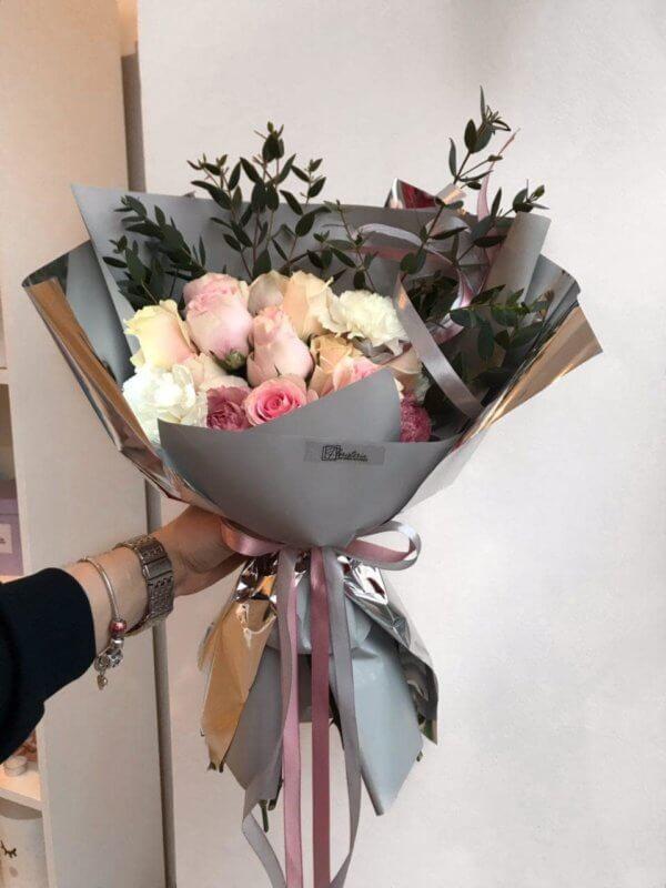 Szary bukiet w różowych odcieniach z goździków , róż i eukaliptusa