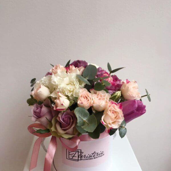 Box w pastelowych odcieniach z tulipanów , róż , eukaliptusa i goździków