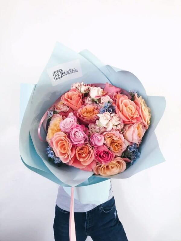 Mega bukiet z pionowej róży, niebieskiej weroniki
