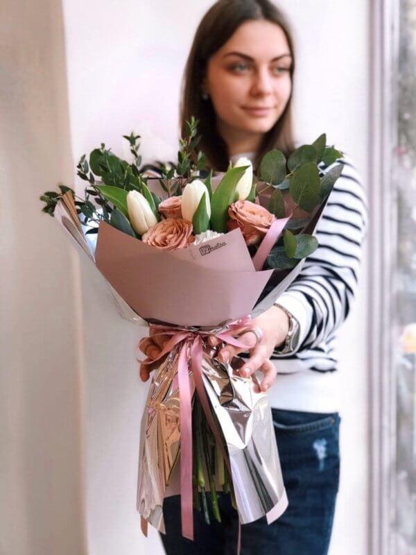 Bukiet z ekwadorskiej róży , białych goździków , tulipanów i eukaliptusa