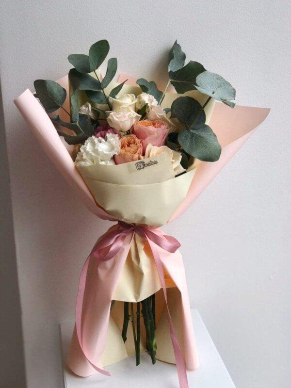 Pastelowy bukiet z pionowej róży , goździków i eukaliptusa