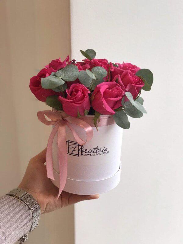 Biały box z 9 malinowych róż i eukaliptusa