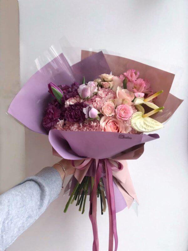 Bukiet w fioletowych odcieniach z mixem angielskich róż , goździków , tulipanów , alstromerii , ekwadorskich róż i anturiuma