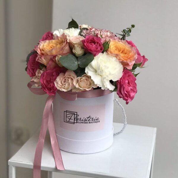 Biały box z mixem angielskich róż , goździków , ekwadorskich róż i eukaliptusa