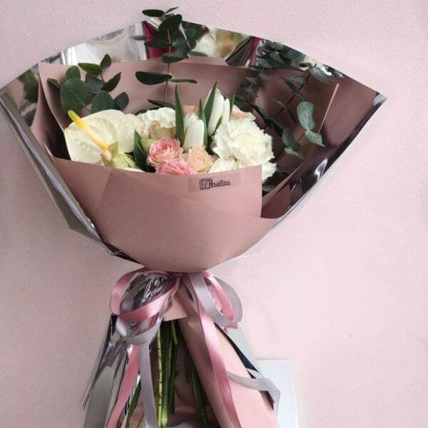Bukiet w różowych odcieniach z mixem róż , tulipanów i anturiuma