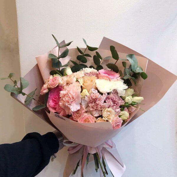 Bukiet w pastelowych odcieniach z mixem róż , goździków i eukaliptusa