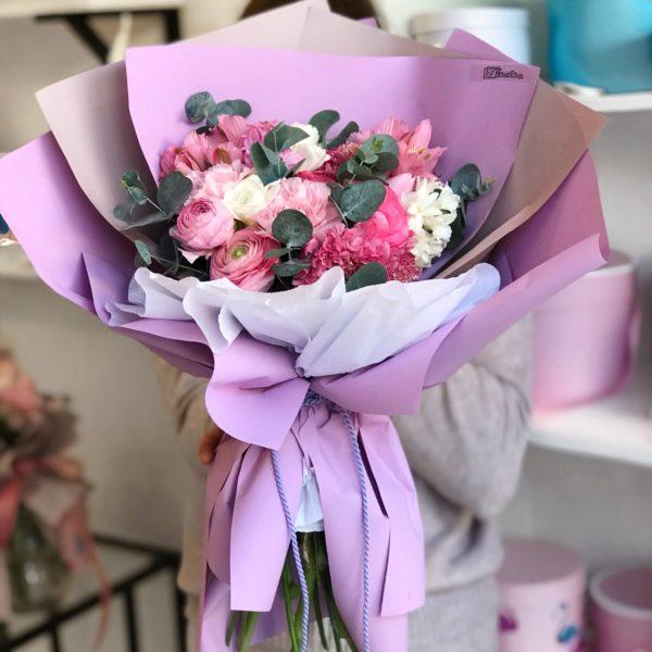 Różowy i jednocześnie mocno pachnący bukiet z mixem skabiozy , frezji , hiacyntów , ranunculusa