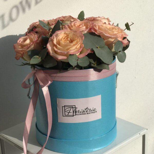 Niebieski box z 9 ekwadorskich róż  i eukaliptusa