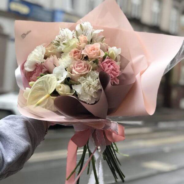 Bukiet w pastelowych odcieniach z alstromerii , róż , goździków , frezji i angielskiej róży