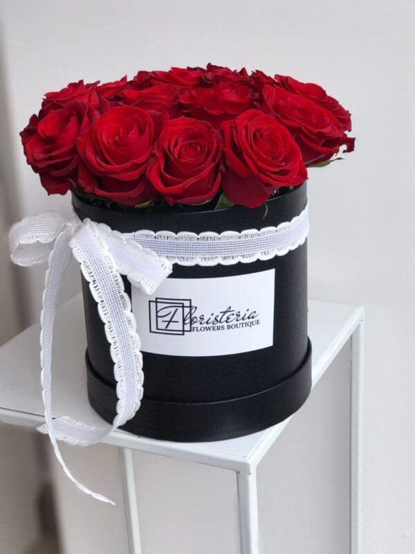 Czarny box z 16 czerwonych róż