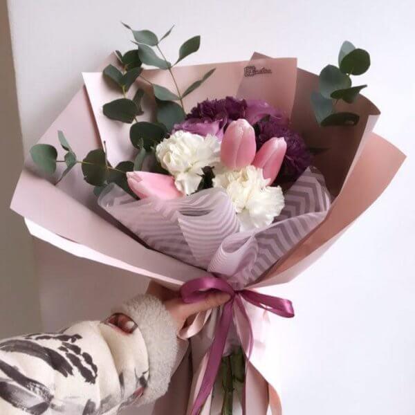Bukiet w różowych odcieniach z białych i fioletowych goździków , tulipanów i eukaliptusa