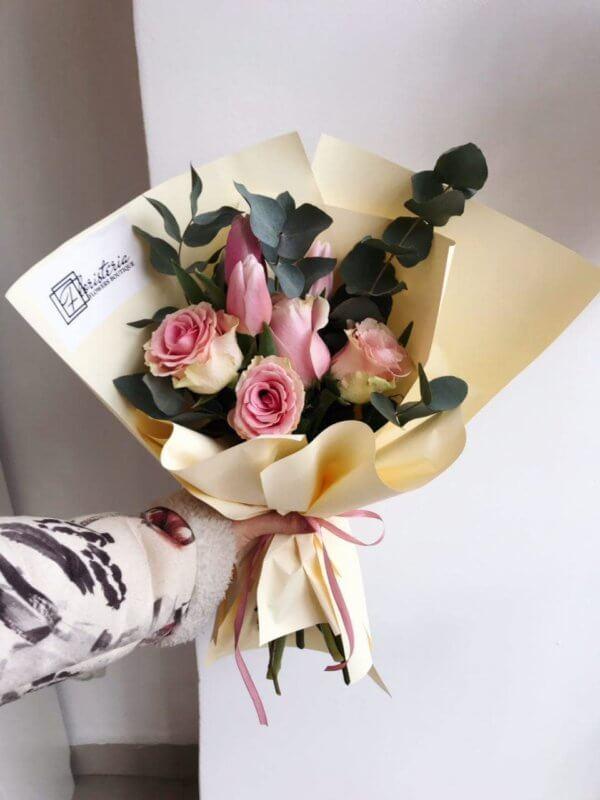 Bukiet z różowych róż , tulipanów i eukaliptusa