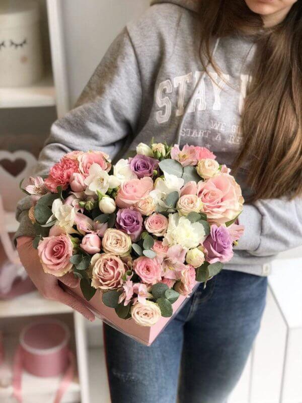 Różowy box w kształcie serca z róż,tulipanów,eukaliptusa