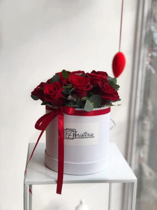 16 czerwonych róż w białym pudełku