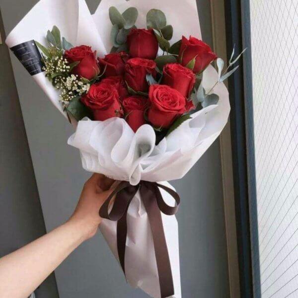 Bukiet z 10 czerwonych róż z eukaliptusem