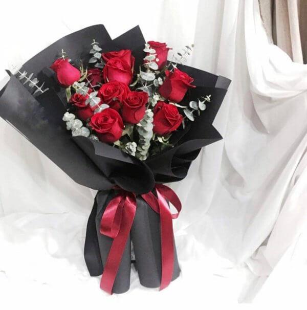 Bukiet z 11 czerwonych  róż z eukaliptusem