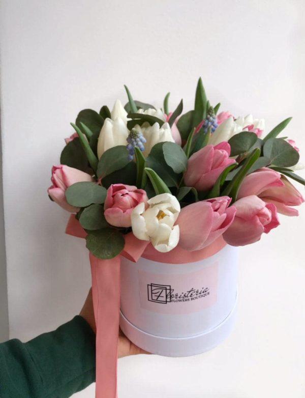 Biały box z mixem różowych i białych tulipanów