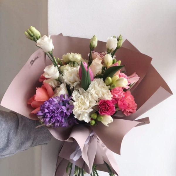 Bukiet z mixem róż , eustomy tulipanów , goździków , frezji i hiacyntów