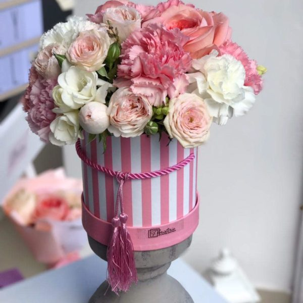 Różowy box z róży angielskiej, frezji i goździków