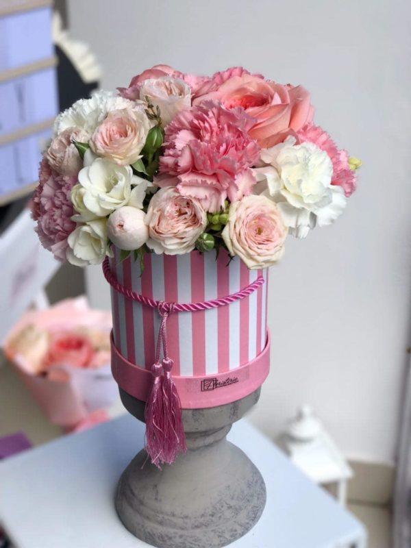 Różowy box z angielskiej róży , frezji i goździków
