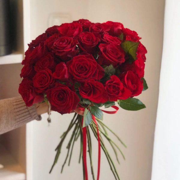 Bukiet z czerwonych róż bez opakowania 60-70 cm