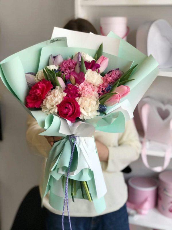 Wiosenny bukiet z tulipanów , ranunculusa , hiacyntów , goździków i frezji