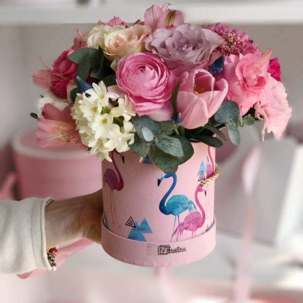 Różowy box z hiacyntów, ranunculusa, tulipanów, skabiozy, goździków, alstromerii i eukaliptusa