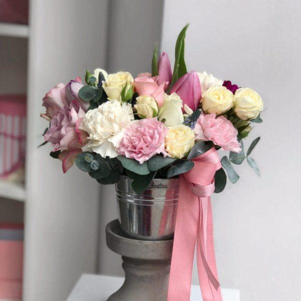 Pastelowa kompozycja z angielskiej róży, tulipanów, goździków, eukaliptusa i ekwadorskiej róży