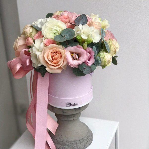 Różowy box z mixem róż, eustom, frezji, angielskiej róży i eukaliptusa