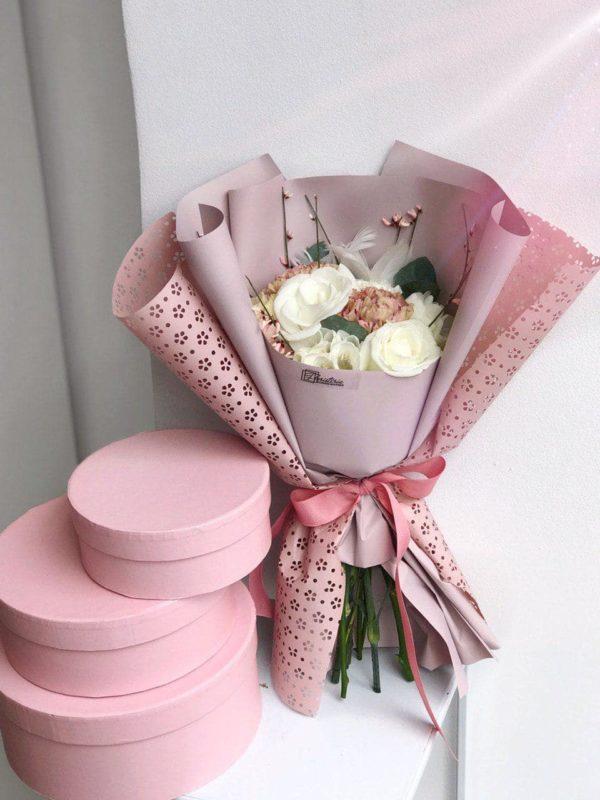 Bukiet z goździków , frezji i róż